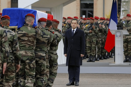 © AP Photo/Jacques Brinon Le président français Nicolas Sarkozy se tient aux côtés de soldats portant un cercueil lors d'une cérémonie en l'honneur des trois soldats tués par un suspect identifié comme étant Mohammad Merah.